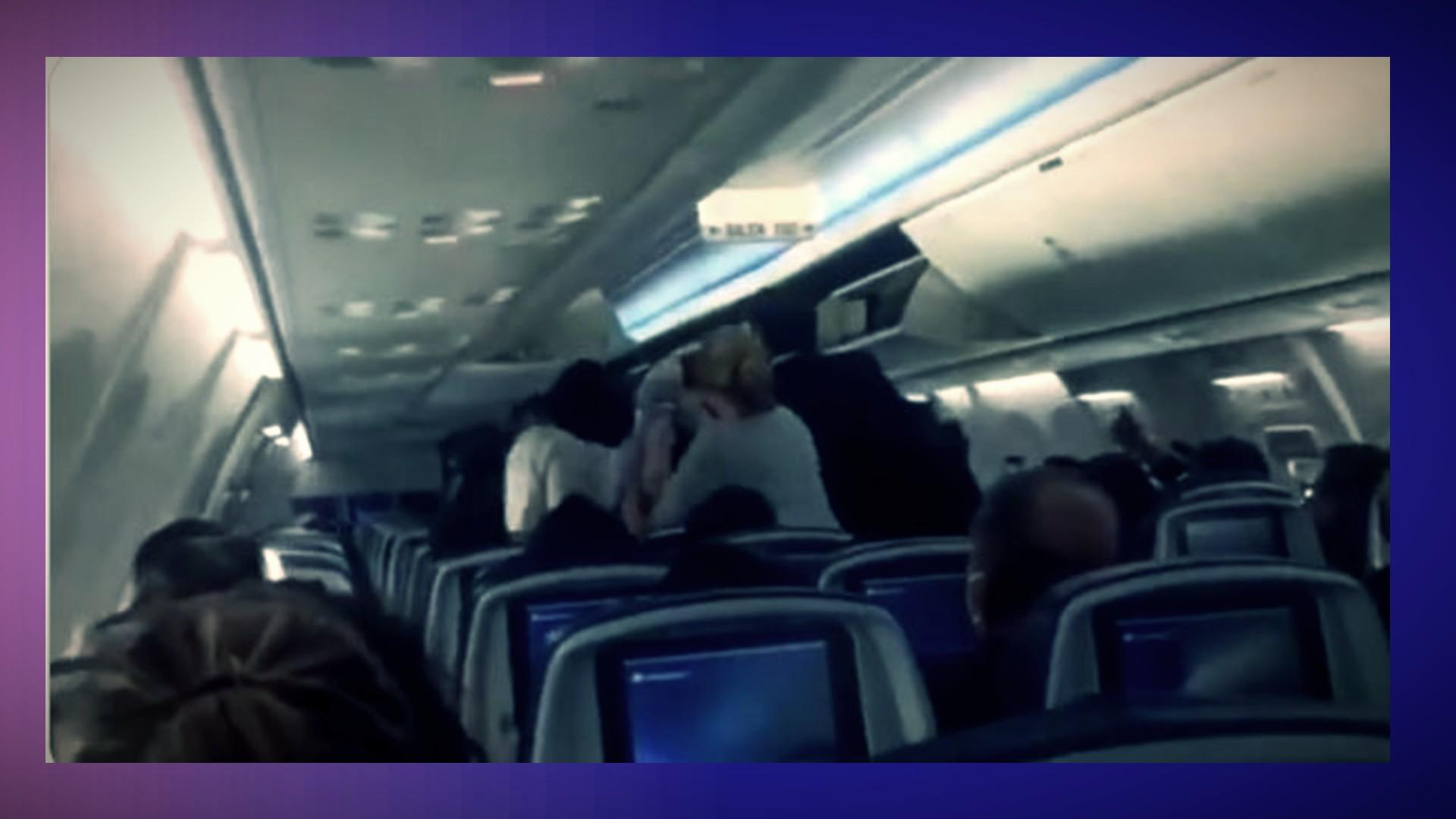VIDEO: Pasajeros de un vuelo insultan a AMLO